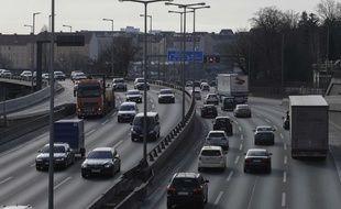 Des voitures circulent à Berlin, le 27 février 2018.