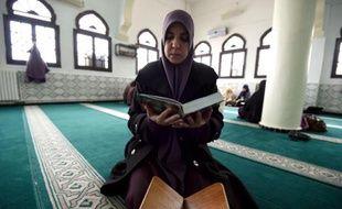 """Fatma Zohra, une """"mourchidate"""", guide spirituelle de l'islam nommée par le gouvernement algérien, lit le Coran à la mosquée d'Ennida à Alger, le 22 février 2015"""