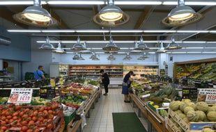 Des personnes font leurs courses dans un supermarché, le 18 août 2015 près de Rodez