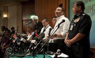 Le ministre malaisien de la Défense et des Transports, Hishammuddin Hussein (2e d) lors d'une conférence de presse le 16 mars 2014 à Kuala Lumpur