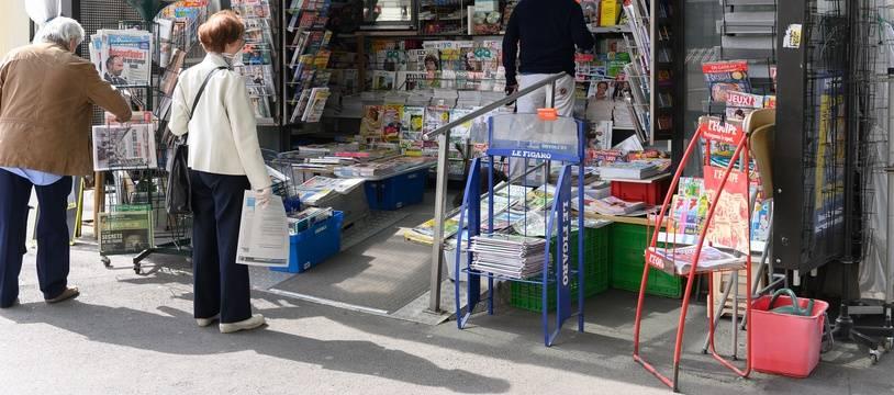 Un kiosque à journaux.