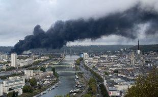 L'usine Lubrizol en feu le 26 septembre 2019. La fumée se propage alors au dessus de la ville de Rouen.