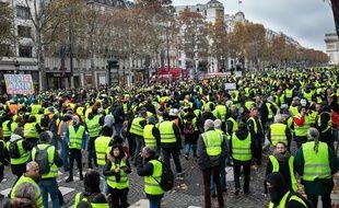 Des «gilets jaunes» manifestent à Paris, sur l'avenue des Champs-Elysées, le  24 novembre 2018.