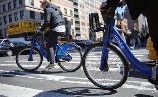Des personnes sur des vélos en libre-service à New-York, le 21 mars 2014
