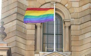 Un drapeau arc-en-ciel, symbole de la communauté LGBT .