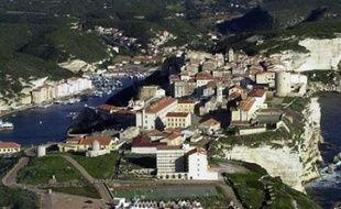Au moins deux villas ont été entièrement détruites jeudi soir par des explosions qui ont provoqué des incendies qui se sont propagés au maquis environnant, à Cala Longa, près de Bonifacio (extrême sud de la Corse), ont indiqué les services intérieurs de l'île.