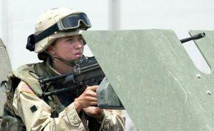 Une femme soldat dans l'armée américaine, le 13 juin 2003 à Mossoul, au nord de l'Irak