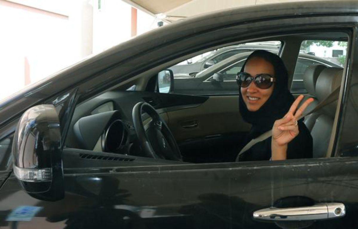 La militante Manal al Sharif conduit à Dubai (Emirats arabes unis), le 22 octobre, en signe de solidarité avec les Saoudiennes qui n'en ont pas le droit. – AFP PHOTO/MARWAN NAAMANI