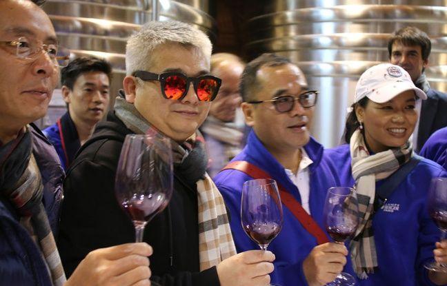 Dégustation du vin du domaine de Courteillac, dans le Bordelais, par son nouveau propriétaire chinois