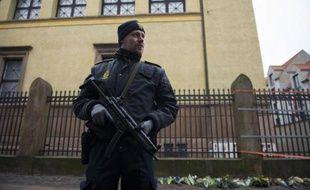 Un policier devant la synagogue Krystalgade à Copenhague, le 15 février 2015
