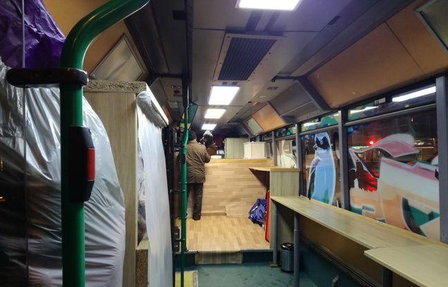A l'intérieur du bus de l'association Abribus, là où ses bénévoles servent des repas chauds aux personnes dans le besoin.
