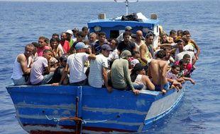 Illustration d'un bateau d'immigrés clandestins en Italie.