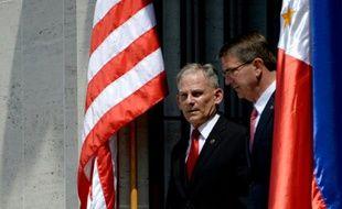 Le secretaire américain àla Défense, Ashton Carter (D) et le superintendant Hubert Caloud le 14 avril 2016 à Manille