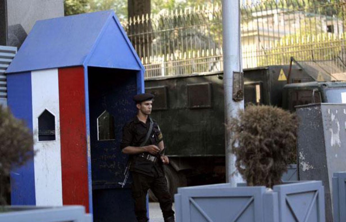 Un policier égyptien monte la garde devant l'ambassade française au Caire, le 19 septembre 2012 – Nasser Nasser/AP/SIPA