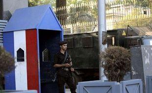 Un policier égyptien monte la garde devant l'ambassade française au Caire, le 19 septembre 2012