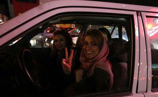 Une femme voilée au volant d'une voiture le 2 avril 2015 à Téhéran en Iran.