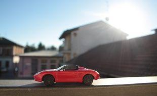 Une voiture miniature
