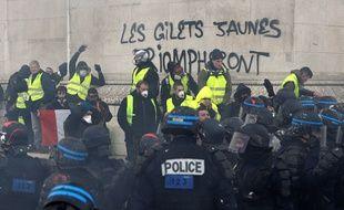 """Paris, le 08 décembre 2018. Les forces de l'ordre arrêtent un membre des """"gilets jaunes"""" sur les Champs-Elysées."""