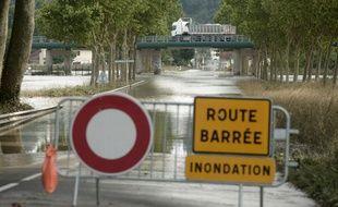 Une voie inondée interdite à la circulation à Peyrehorade, dans les Landes, le 14 juin 2018.