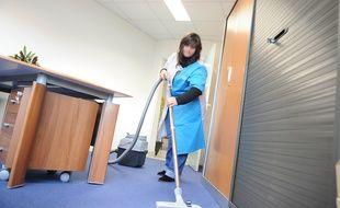 Une employée de ménage dans un bureau (illustration).