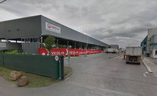 L'incendie s'est déclaré mardi soir dans un entrepôt de Veolia à Rennes.