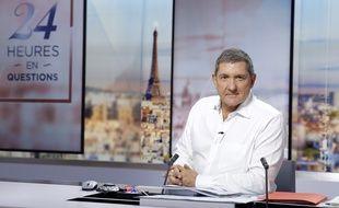 Le journaliste Yves Calvi sur le plateau de « 24 heures en question » sur LCI.