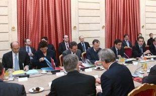 """Le président Nicolas Sarkozy, rencontrant mercredi des syndicats plutôt critiques sur sa politique en matière de protection sociale, leur a annoncé une prime de 200 euros pour le minimum vieillesse et la mise en place en 2009 d'un """"cinquième risque"""" pour les personnes dépendantes."""