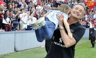 Le manager général du Stade Toulousain Guy Novès avec sa petite-fille dans les bras, à l'issue du match de barrage de Top 14 contre Oyonnax, le 30 mai 2015 au stade Ernest-Wallon.