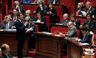 Le Premier ministre Manuel Valls (G) prend la parole, lors d'une séance de questions au gouvernement à l'Assemblée nationale, le 17 février 2016 à Paris