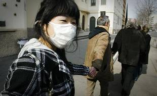Un an jour pour jour après Fukushima, des dizaines de milliers de personnes ont réaliser une immense chaine humaine contre le nucléaire à Lyon, le 11 mars 2012.