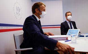 Emmanuel Macron et Olivier Véran en Conseil de Défense.