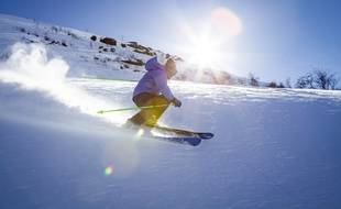 Un skieur en pleine descente. Illustration