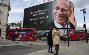 Un hommage au prince Philip à Picadilly Circus, à Londres