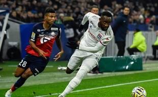 Ici opposé au défenseur lillois Reinildo, Moussa Dembélé a une nouvelle fois été déterminant mardi soir lors de la demi-finale de Coupe de la Ligue au Parc OL, EAN-PHILIPPE KSIAZEK
