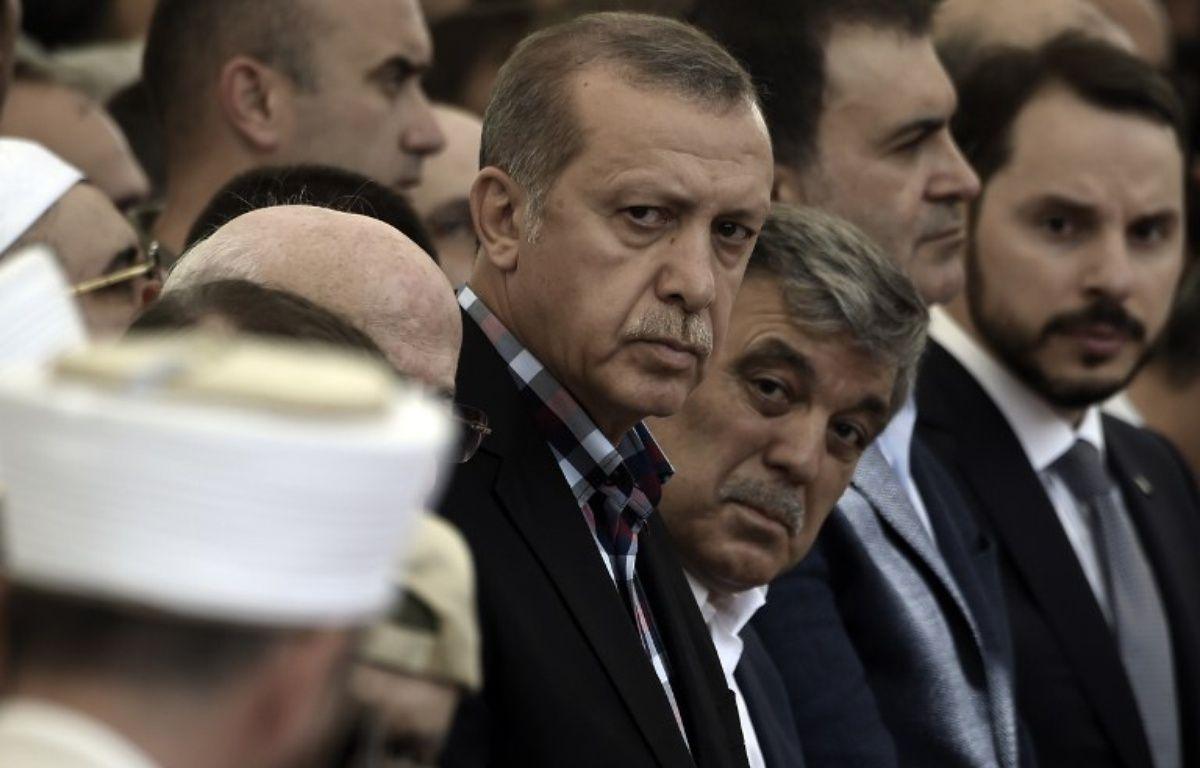 Le président turc Recep Tayyip Erdogan aux côtés de l'ancien président turc Abdullah GÜl le 17 juillet 2016 à Istanbul, lors des funérailles d'une des victimes du putsh manqué  – ARIS MESSINIS / AFP
