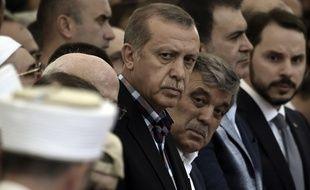 Le président turc Recep Tayyip Erdogan aux côtés de l'ancien président turc Abdullah GÜl le 17 juillet 2016 à Istanbul, lors des funérailles d'une des victimes du putsh manqué