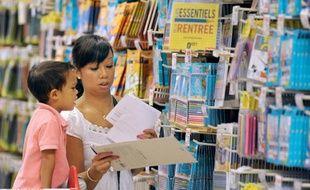 """La rentrée scolaire reste un grand temps fort de consommation et les achats de fournitures sont attendus stables cette année, mais les consommateurs sont plus que jamais attentistes, en quête d'économies et de produits """"justes""""."""