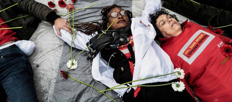 Des membres de l'association Aides lors d'une action organisée mercredi à Lyon à l'occasion du Fonds mondial de lutte contre le sida, la paludisme et la tuberculose. JEFF PACHOUD