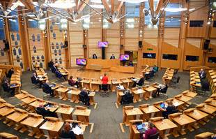 La première ministre écossaise Nicola Sturgeon de dos, au parlement écossais, à Edinbourg, le 8 décembre 2020.