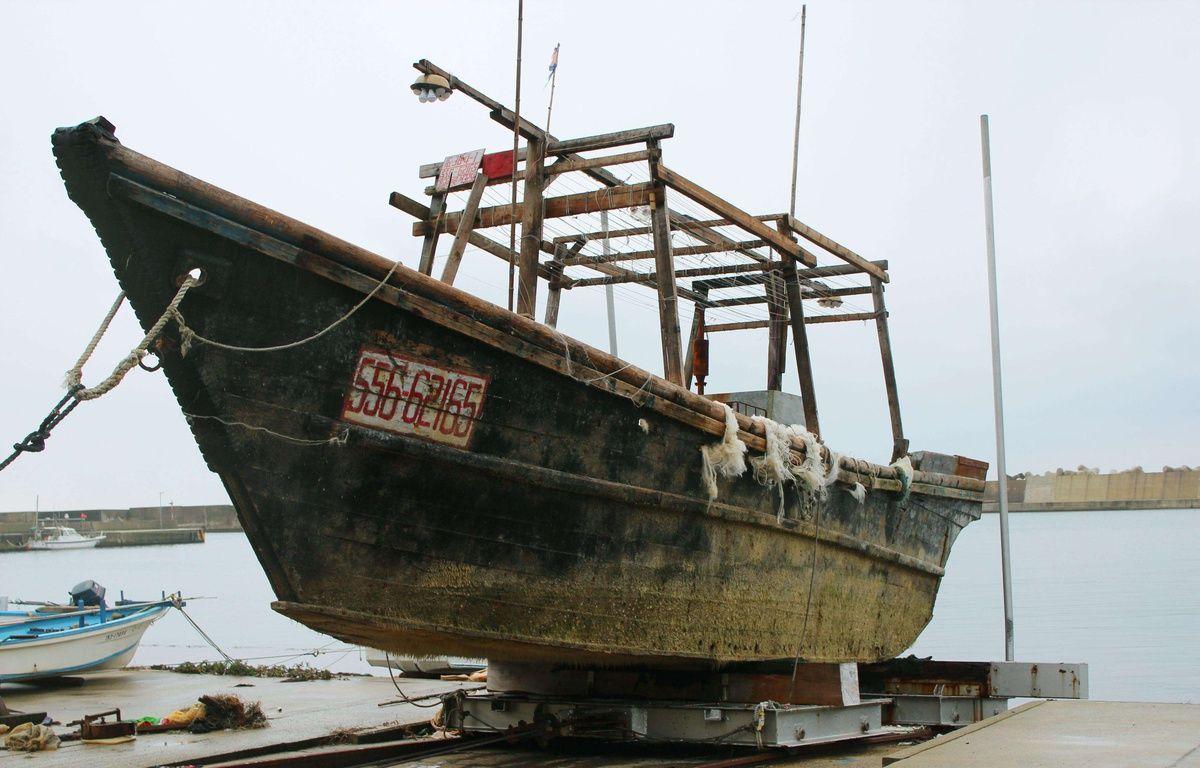Un des navires fantômes en cale sèche au port d'Ishikawa (Japon). – SIPA