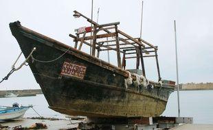 Un des navires fantômes en cale sèche au port d'Ishikawa (Japon).