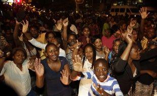 Des Zimbabwéens fêtent le départ de Robert Mugabe à Johannesburg, le 21 novembre 2017.