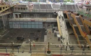 Le chantier des Halles de Paris, prévues pour 2016, ouvre ses portes afin de découvrir les premières avancées. Les ouvriers travaillent en surface mais aussi sur les cinq niveaux souterrains.