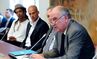 Trois sénateurs français, deux socialistes et un communiste, ont exprimé vendredi leur opposition à la conclusion d'un accord fiscal entre la Suisse et la France pour régler le problème de l'évasion fiscale.