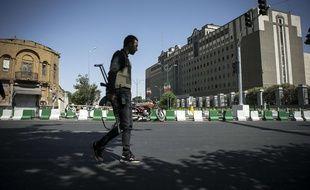 Un policier iranien de garde devant le Parlement à Téhéran, le 7 juin 2017.