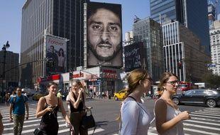 Nike a choisi comme égérie Colin Kaepernick, le footballeur américain qui avait pris l'habitude de mettre un genou à terre pendant l'hymne américain pour dénoncer les violences racistes.