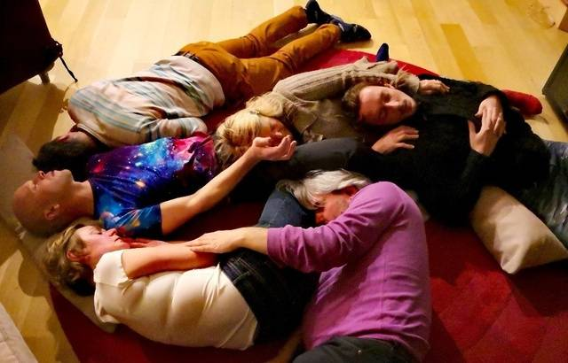 L'atelier chaudoudoux permet aux vacanciers de se donner collectivement de la tendresse. — Sophie Noël