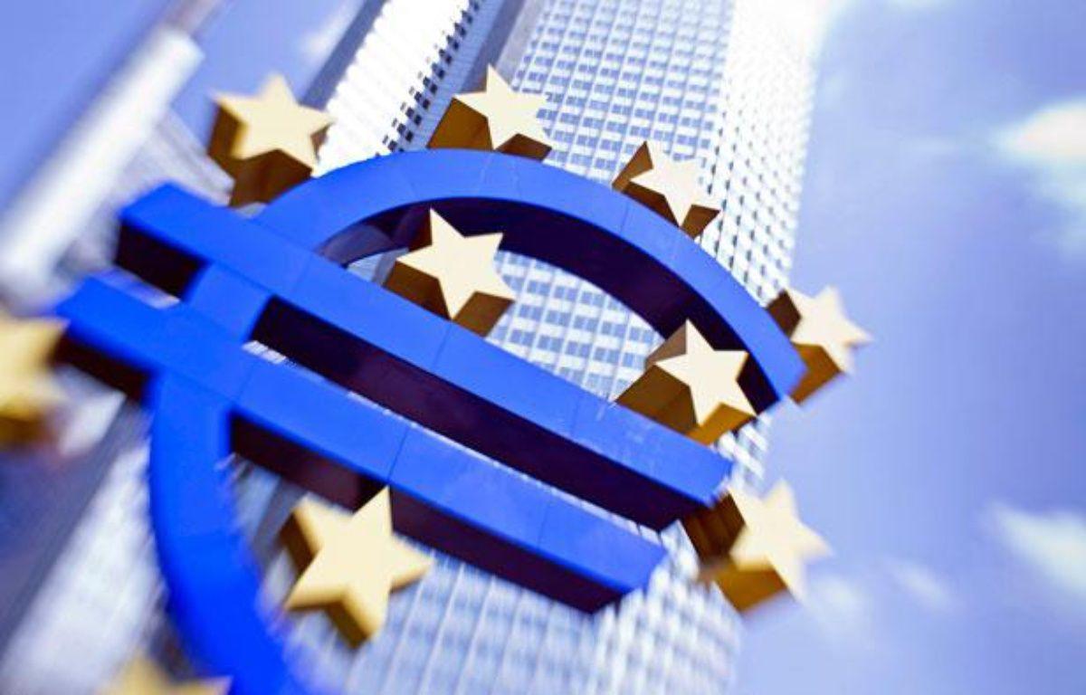 Logo de la monnaie unique à Francfort. – F. RUMPENHORST / AFP
