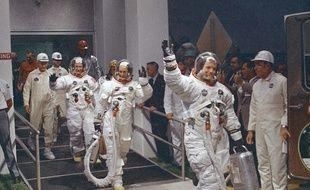 Ce 16 juillet 1969, Neil Armstrong se dirige vers la camionnette qui amènera son équipage à la fusée pour leur expédition sur la lune, au Centre spatial Kennedy de l'île Merritt, en Floride.