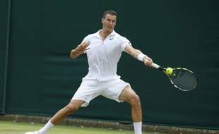 Le Français Kenny De Schepper lors de son match contre son compatriote Richard Gasquet au deuxième tour du tournoi de Wimbledon, à Londres, le 1er juillet 2015.
